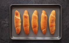 V pekařské terminologii je to úplně obyčejné a takzvané běžné pečivo. V české kulinární duši je ovšem běžné pečivo zapsáno hodně hluboko. Ať už se nám to líbí, nebo ne, i ty nejobyčejnější rohlíky k české kuchyni patří.