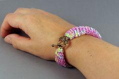 Häkelarmband, pink-grün- gelb Armband gehäkelt , 20,0 x 1,5 cm groß, , Armband gehäkelt, Geschenk für Frauen, Freundschaftsarmband, von Spitzenmanufaktur auf Etsy