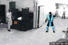 Alguém teve a brilhante ideia de trazer personagens do Mortal Kombat para a vida real. O resultado é bem engraçado.