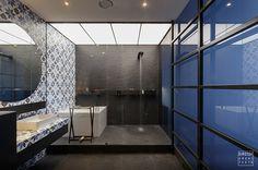 Modern Apartment Bathroom Designs Ideas For Men 36 – Home Design Apartment Bathroom Design, Zeitgenössisches Apartment, Apartment Interior, Bathroom Interior, Bathroom Designs, Ikea Bathroom, Bathroom Modern, Bathroom Layout, Small Bathroom