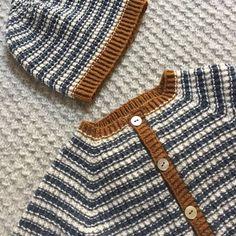 Image of StrikkeStreger Cardigan Og Hue 0 Mdr. til 2 År Knitting For Kids, Crochet For Kids, Baby Knitting, Knit Crochet, Crochet Poncho Patterns, Knitting Patterns, Baby Barn, Boy Fashion, Mantel