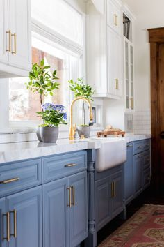 BECKI OWENS- Before and After: Heber House Project Kitchen in Collaboration with Jamie Bellessa.   Sharing details of this blue modern farmhouse kitchen with rustic industrial elements. We used Benjamin Moore Van Courtland Blue and Swiss Coffee, Calacatta marble with a mitered edge, brass Waterstone hardware, white farmhouse sink, white subway tile, the Darlana Lantern and Currey and Co Timpano pendents. Visit the blog for more details! Blue Kitchen Ideas, Navy Blue Kitchen Cabinets, Hardware For Kitchen Cabinets, Kitchen With Gold Hardware, Blue Kitchen Interior, Navy Blue Kitchens, White Cabinet Kitchen, Annie Sloan Kitchen Cabinets, Gold Cabinet Hardware