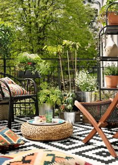 Outdoor Teppich mit Rautenmuster in schwarz und weiß - Lappljung Ruta von Ikea,. Outdoor rug with diamond pattern in black and white - Lappljung Ruta by Ikea, cozy balcony, balcony design, ideas for Patio Ikea, Ikea Outdoor, Ikea Patio Furniture, Small Outdoor Spaces, Patio Rugs, Outdoor Rooms, Outdoor Furniture Sets, Outdoor Decor, Small Spaces