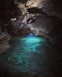 Dich fasziniert die Schönheit der Blauen Grotte von Capri, aber du wirst schnell seekrank? In der Drachenhöhle Syrau erwartet dich eigentlich was vergleichbares auf Festland.
