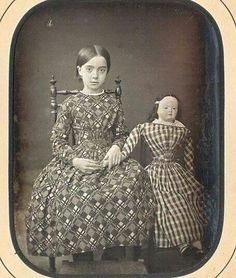 vintage everyday: 13 Vintage Photos of Little Girls Pose With Their Look-A-Like Dolls Amazing pattern on this dress! Victorian Photos, Victorian Dolls, Antique Photos, Vintage Photographs, Antique Dolls, Old Photos, Vintage Children Photos, Vintage Girls, Vintage Pictures