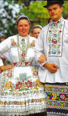 Slovak folk costume from Vojvodina, Northern Serbia Hungarian Embroidery, Folk Embroidery, Floral Embroidery, We Are The World, People Around The World, Folklore, Costumes Around The World, Folk Dance, Ethnic Dress