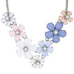 Ein pastellfarbiger Blumen-Traum wird wahr - mit dieser schönen, schimmernden Kette. Sie ist Antiksilberfarben und wird durch sieben auffällige Blumen zum perfekten Frühlings-Hingucker. Facettierte Acrylsteine in zarten Blau- und...