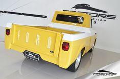 Ford Ford F100 1963 . Pastore Car Collection              Ford F100 1963/1963! Camionete toda restaurada e customizada! Possui sistema de som da JBL com Rádio Pioneer e Subwoofer! Rodas de Liga Leve R20  Motor Chevrolet 4100 (250 pol³) de 6 Cilindros em linha de 4098cm³ de 140 cv a 4000RPM e 29 kgfm a 2400RPM (Bruto) ou 115CV a 3800RPM e 26Kgfm entre 1600 e 2400RPM (Líquido).  A picape Ford F-100, surgiu no Brasil em outubro de 1957, na fábrica localizada no bairro do Ipiranga, em São P...
