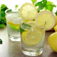 Lemon water is one of the first detox water recipes, and the most popular. Here are 7 lemon water recipes and also an article on 7 benefits water benefits. Drinking Warm Lemon Water, Lemon Water In The Morning, Lemon Water Benefits, Lemon Health Benefits, Detox Drinks, Healthy Drinks, Healthy Food, Stay Healthy, Healthy Life