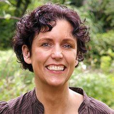 2. Dit is Mirjam Mous, haar beroep is schrijfster, daarvoor was ze juf op het Berkenhof in Breda. Ze woont samen met haar man Wim in Breda en ze hebben geen kinderen. Ze schrijft niet alleen boeken maar ook strips in kindertijdschriften zoals Maan Roos Vis.