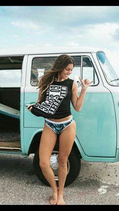 Bulli Volkswagen Transporter, Volkswagen Bus, Vans Girls, Surf Girls, Beach Girls, Kombi Hippie, Combi T2, Hot Vw, Bus Girl
