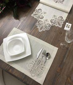 table napkin layout – Home Decorating Sewing Hacks, Sewing Projects, Hand Embroidery, Embroidery Designs, Lace Runner, Sewing To Sell, Burlap Table Runners, Boho Home, Napkin Folding