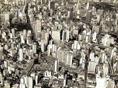 Vista aérea de São Paulo na década de 1960. No centro, podem ser vistos o Edifício Itália e o Copan. Em frente ao Edifício Itália e à esquerda da foto, a Praça da República.