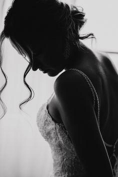 Getting Ready in schwarz weiss I Hochzeitsfoto Braut   Wellings Parkhotel Hochzeit #hochzeitsfotografnrw #hochzeitsfotografinruhrgebiet #wedding #ruhrpottromantik #hochzeitsfotografin Silhouette, Monochrome, Wedding Bride