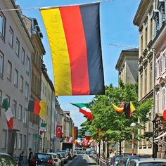 Der #Countdown läuft! In wenigen Minuten startet die #Europameisterschaft in #Frankreich. Die #Südstadt mit ihren #multikulti Bewohnern ist schon bestens vorbereitet. Wo schaut ihr das #Eröffnungsspiel? #visitkarlsruhe #visitbawu #bwjetzt #karlsruhe #euro2016 #fussball #soccer #em2016 #em16 #france #germany #wavingflag #flag #flagge #fahnen #deutschland #travel #joingermantradition #tgif #tradition