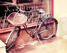 If I ever lived somewhere where there were sidewalks, I would want a bike just like this one.