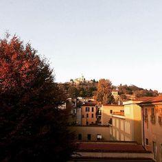 Buona serata dai tetti di Brescia con lo scatto di @mariellastanco 😊  ___________________________ #unicatt #ucsc #unicattbs #landscape #landscapes #nature #sky #tree #panorama #architecture #art #castle #beautifulplace #beautiful #city #movingculturebrescia #atlantediviaggio #igersbrescia #igersitalia #insta_brescia #brixia_scatti #bresciafoto #autumn  #colours #colour #volgoitalia #volgobrescia