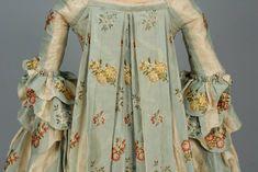 SILK BROCADE SACQUE BACK GOWN, AMERICAN, 1765 - 1780. - Price Estimate: $2000 - $3000