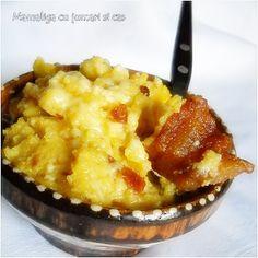 Ingrediente mamaliga: 1 l apa, 2 cani faina porumb, 1 lingurita sare, Alte ingrediente: 500 g jumari de porc, 500 g cas de oaie sau vaca, 4-5 linguri untura, sare, smantana pentru servit, Preparare mamaliga frecata : Punem apa la fiert cu 1 lingurita sare . Faina de mamaliga o adaugam cand apa fierbe in Romanian Food, Macaroni And Cheese, Cooking Recipes, Yummy Food, Food La, Cook Cook, Ethnic Recipes, Wooden Spoon, Homemade Food