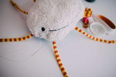 Schicke Babyrassel Sonne - einfach selbstgemacht . Baby Rassel DIY Crochet Necklace, Tutorials, Free, Pattern, Baby, Sun, Homemade, Figurine, Projects
