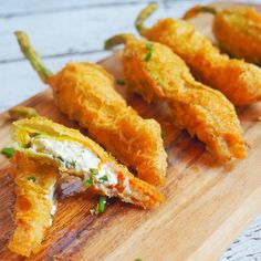 Gluten Free Tempura Fried Zucchini (Courgette) Flowers filled with Zesty Chive Goats Cheese. These are so light, crispy and delicious! Fried Zucchini Flowers, Zucchini Blossoms, Zucchini Fries, Vegetable Recipes, Vegetarian Recipes, Cooking Recipes, Tempura, Gula, Comida Latina