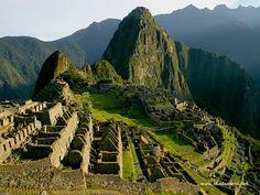Machu Picchu incaica construida a mediados del siglo XV en el promontorio rocoso que une las montañas Machu Picchu y Huayna Picchu en la vertiente oriental de la Cordillera Central, al sur del Perú y a 2490 msnm.Su nombre original habría sido Picchu o Picho