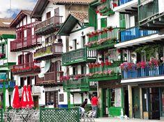 HONDARRIBIA. Hondarribia se sitúa en el País Vasco, frente a la gran desembocadura del Bidasoa, a pocos kilómetros de Francia. Dentro de sus murallas del siglo XV encontraréis estrechas y empinadas callejuelas, preciosas casitas coloridas de pescadores con balcones de madera llenos de flores, además de imponentes mansiones con fachadas barrocas. Si todo esto fuera poco, Hondarribia posee uno de los puertos más bonitos y espectaculares de España.