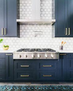 deco bleu canard, meuble bleu canard, mur en gris et blanc, grandes poignées des tiroirs en métal blanc, tapis en bleu électrique et noir, posé sur un parquet en gris