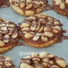 Snickers Kurabiye Tarifi için Malzemeler 125 gram oda sıcaklığında tereyağı ya da margarin 1 çay bardağı sıvı yağ 2 tatlı kaşığı sirke 7 yemek kaşığı pudra şekeri