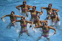 Und immer schön Lächeln: Das brasilianische Team zeigt seine Choreografie im...