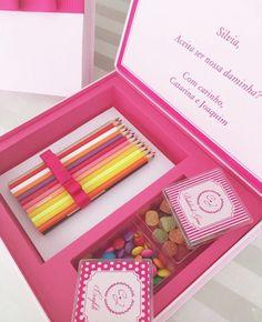 Muito fofo o convite especial para #daminhas da @arrozdefestapersonaliza! 💗🍭🎀 Com lápis de cor, balas de goma e confeitos, o presente pode…