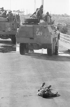 Operation Protea: A Ratel of de Vries Battle Group 10 avoids a dead FAPLA soldier on the Xangongo bridge on 25 August Once Were Warriors, Army Day, Defence Force, War Photography, Boat Design, Modern Warfare, War Machine, Military History, Armed Forces