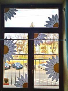 dekoracje wiosenne okna kwiaty przedszkole Easy Flower Crafts That Anyone Can Classroom Window Decorations, School Decorations, Classroom Decor, Flower Decorations, Spring Decorations, Decoration Creche, Decoration Hall, Diy Crafts To Do, Flower Nursery