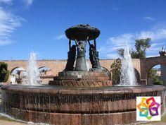 MICHOACÁN MÁGICO ¿En dónde está ubicada y que representa La Fuente de las Tarascas? La fuente Las Tarascas se encuentra ubicada en el centro histórico de la ciudad de Morelia, representa la fertilidad del estado de Michoacán y está constituida básicamente por 3 mujeres indígenas que sostienen una batea típica llena de frutos regionales. Esta fuente se ha convertido en uno de los principales símbolos de la ciudad. http://www.hotel-alameda.com.mx