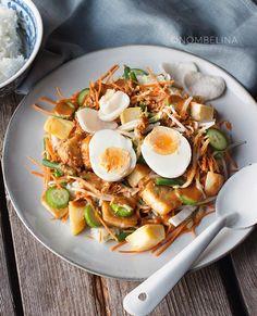 Gado gado is een Indonesisch groenten gerecht. Het betekend letterlijk mix mix en bestaat uit mengeling van groenten met pindasaus. Gado Gado, Tasty Dishes, Side Dishes, Vegetarian Recipes, Healthy Recipes, Asian Recipes, Ethnic Recipes, English Food, Indonesian Food
