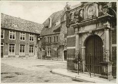 Een van de belangrijkste plekken in de geschiedenis van Dordrecht is Het Hof. Dit vroegere augustijnenklooster is door de Orde van augustijnen vermoedelijk in 1275 gesticht. Anno 2011 is Het Hof het enige voormalige augustijnenklooster in Nederland en België, waarvan nog grote delen bewaard zijn gebleven. De kloosterkerk (Augustijnenkerk), kloosterhof, kloostertuin, refter (eetzaal), dormitorium en de kelders maken na al die jaren nog steeds deel uit van de Dordtse historische binnenstad…