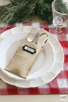 These elegant burlap utensil holders make any tablescape look amazing!  Christmas table decor ideas.