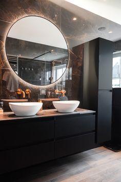Een zwart badkamermeubel op een muur van donker marmer geeft een strakke look. Door dit te combineren met een ronde badkamerspiegel en wasbakken, krijgt het al een wat zachtere uitstraling. Voeg hier gouden details aan toe, zoals kranen, douchekoppen en zeepdispensers. Zo maak je de look compleet! #zwart #zwartebadkamer #badkamer #goud #chique Wardrobe Interior Design, Interior Design Classes, Interior Design Living Room, Small Bathroom, Black Bathrooms, Cozy Bathroom, Mirror Bathroom, Bathroom Modern, White Bathroom