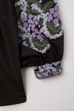 Wide-cut blouse in woven cotton fabric with embroidery. Rounded neckline, partially concealed buttons at front, and long, wide balloon sleeves with embroide Fashion 2020, Fashion Online, Blouse Batik, Elegant Dresses, Boho Dress, Floral Tie, Dresses Online, Black Women, Cotton Fabric