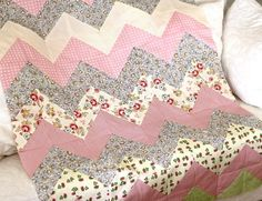 Tutorial for a Quick and Easy Chevron Zig Zag Quilt by http://quiltingstories.blogspot.com/2014/04/tutorial-quick-easy-baby-girl-quilt-chevron-zigzag.html