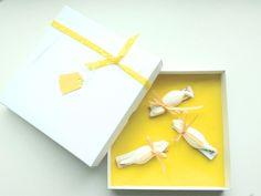 Geldgeschenke müssen nicht lieblos wirken! Hier der Beweis:   In einer hübschen Schachtel, ausgelegt mit gelbem Seidenpapier, befindet sich drei süße kleine Mäuse, an die das Geld gebunden werden...