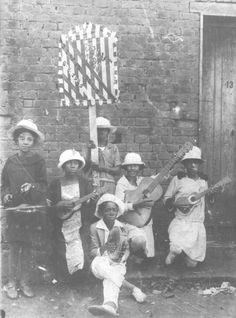 1925 - Grupo de crianças do Cordão do Camisa Verde e Branco na romaria a Bom Jesus de Pirapora. Havia uma ligação muito grande dos cordões carnavalescos paulistanos e a Festa de Bom Jesus de Pirapora (USP Imagens).