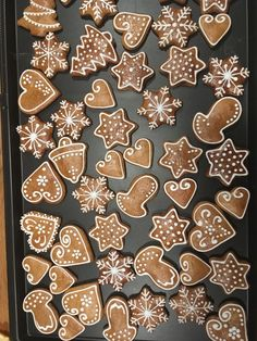 gingerbread cookies without molasses Christmas Mood, Christmas Sweets, Christmas Gingerbread, Christmas Cooking, Christmas Goodies, Soft Gingerbread Cookies, Gingerbread Decorations, Iced Cookies, Holiday Cookies