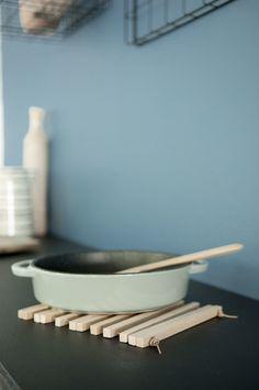 Enkel bordskåner i tre * Bjørkepinner for pinnekjøtt. * Drill. * Skinnsnor.