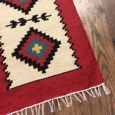 Maria Mihalachi țese la războiul orizontal covoare netede, multicolore, cu motive tradiționale. Țesăturile sunt confecționate din lână pură ori amestecată cu bumbac, culorile fiind obținute prin vopsirea cu coloranți locali realizați prin tehnici populare. Îmbinarea armonioasă a culorilor pastelate constituie trăsătura definitorie a covoarelor moldovenești. Motivele ce le împodobesc sunt tradiționale, moștenite din moși-strămoși, și poartă semnificații profunde. Covoarele moldovenești pot fi…