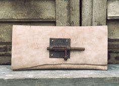 Handgemaakte lederwaren door Anne Meiborg - Leren Clutch - avondtasje - Bruin Perzik - Antieke Sleutel plaat