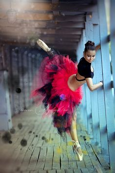 Ballet dancer in red Shall We Dance, Lets Dance, Ballet Beautiful, Simply Beautiful, Foto Picture, Dance Like No One Is Watching, Dance Movement, Dance Poses, Ballet Photography