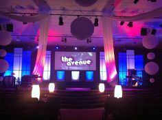 Scenic sets and stage design ideas from churches around the globe. Church Decoration Design, Church Stage Design, Kids Church Rooms, Youth Rooms, Alter Decor, Stage Background, Stage Set, Kids Room Design, Stage Lighting
