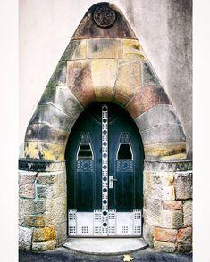 Porta de entrada da Igreja Reformada em Budapeste, Hungria.  Fotografia: Found: Doors and Windows no Instagram.