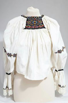 Folk Embroidery, Learn Embroidery, Embroidery Stitches, Embroidery Patterns, Stitch Patterns, Folk Clothing, Antique Quilts, Beautiful Blouses, Peasant Blouse